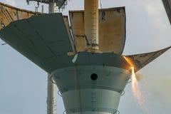 折除一个老水塔在火炬和一台大起重机的一美好的夏天` s天 这个水塔位于安Ar 免版税库存图片