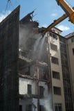 折除大厦的爆破起重机 库存图片