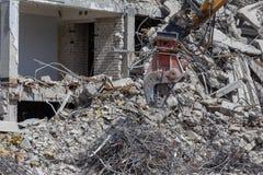 折除大厦的爆破起重机 免版税库存图片