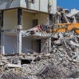 折除大厦的爆破起重机 免版税图库摄影