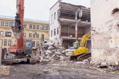 折除大厦的建造场所挖掘机 免版税库存图片