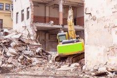 折除大厦的建造场所挖掘机 库存照片