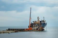 折除对废金属的一艘老生锈的船 图库摄影