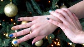 抚摸他的有修指甲的与圆环的女孩手和戏剧在您的手指 股票视频