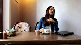 抚摸她的头发和喝茶或咖啡的女孩 影视素材