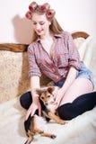 抚摸狗的Sexi年轻美丽的女孩 免版税图库摄影