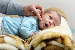抚摸面颊小新出生的男婴的母亲 图库摄影