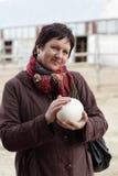 抚摸驼鸟鸡蛋的妇女 图库摄影