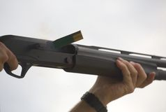抛出壳的猎枪 免版税图库摄影