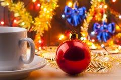 抢劫与在新的Year& x27的一个杯子; s桌 仍然圣诞节生活 新的Year& x27; 在桌上的s玩具 免版税库存图片