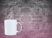 抢劫与在混凝土墙,在墙壁上的桃红色阴影颜色上的小河 免版税库存图片