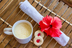 抢劫与在竹桌,在平均观测距离的咖啡杯上的cappuchino 库存图片