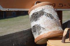 抢劫与盒盖由白桦树皮制成 库存照片