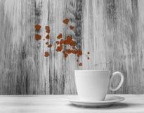 抢劫恋人白色杯子温暖的心脏木背景 免版税图库摄影