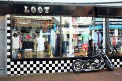 抢劫有精密砍刀的商店在前面 图库摄影