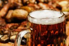 抢劫用在桌上的啤酒用食物 库存图片