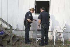 抢劫调查的警察 免版税库存图片