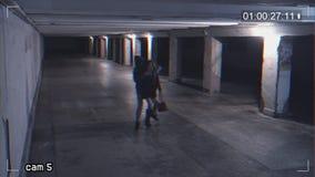 抢夺女孩谈话在地下过道的电话 从监视器的录音 股票视频