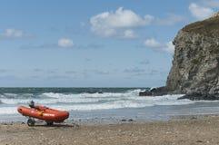 抢救充气救生艇和峭壁 免版税图库摄影