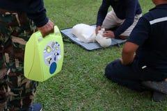 抢救和训练CPR和AED的急救 免版税库存照片