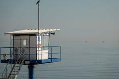 抢救塔在海滩站立好天气的阿尔贝克 图库摄影