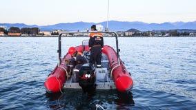 抢救拖曳从海的海洋服务一条残破的小船 库存照片