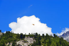抢救直升机在意大利阿尔卑斯 免版税库存照片