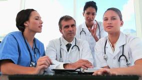 医护人员与计算机一起使用 股票视频