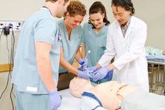 医护人员实践intubating的时装模特 库存图片