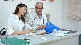 医护人员每天惯例在办公室 股票录像