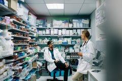 医护人员谈论在药房 免版税库存照片
