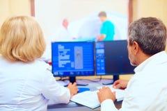 医护人员谈论mri结果在做法期间 免版税图库摄影