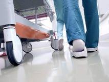 医护人员移动的患者通过医院 免版税库存照片