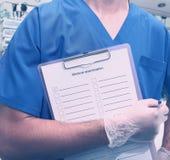 医护人员whith剪贴板在医院 免版税图库摄影