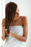 护发 有湿头发的美丽的妇女在巴恩以后的毛巾 库存照片