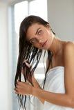 护发 有湿头发的美丽的妇女在巴恩以后的毛巾 免版税库存照片