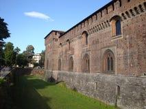 护城河和城堡墙壁 免版税库存图片