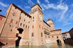 护城河和城堡Estense在费拉拉在晴天 免版税库存图片