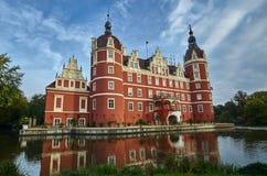 护城河和新的城堡在公园 免版税库存照片
