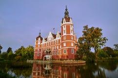 护城河和新的城堡在公园Muskauer 库存照片