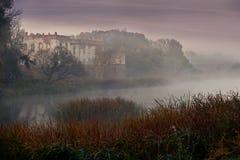 护城河围拢的中世纪城堡 图库摄影