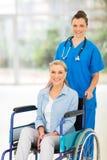 护士中部年迈的患者 免版税图库摄影