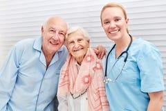 护士和愉快的前辈夫妇 库存图片