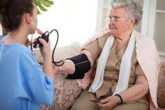 护士和老患者 免版税库存照片