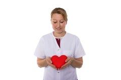 护士在她的手上的拿着心脏 免版税库存图片