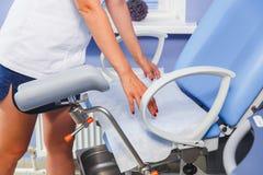 护士在考试桌安置一张清洁毛巾 免版税库存照片