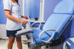 护士在考试桌安置一张清洁毛巾 库存照片