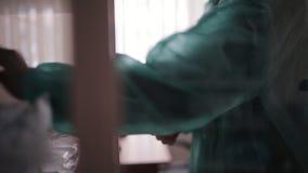 护士在医生` s办公室打开玻璃门橱柜并且采取与医学的包裹 股票视频