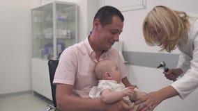 护士审查一个婴孩 影视素材