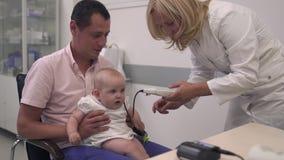护士审查一个婴孩 股票视频